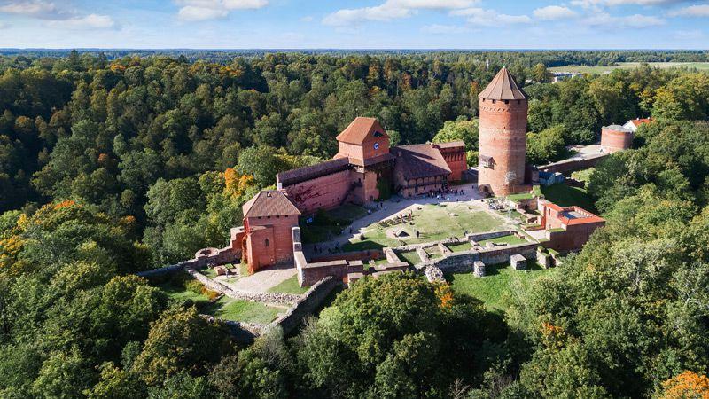 Det medeltida slottet Turaida är en imponerande byggnad belägen vid floden Gauja i Sigulda.