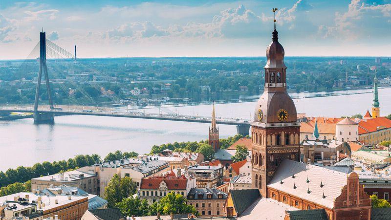 Vacker vy över Riga med gamla stan och den stora floden Daugava.