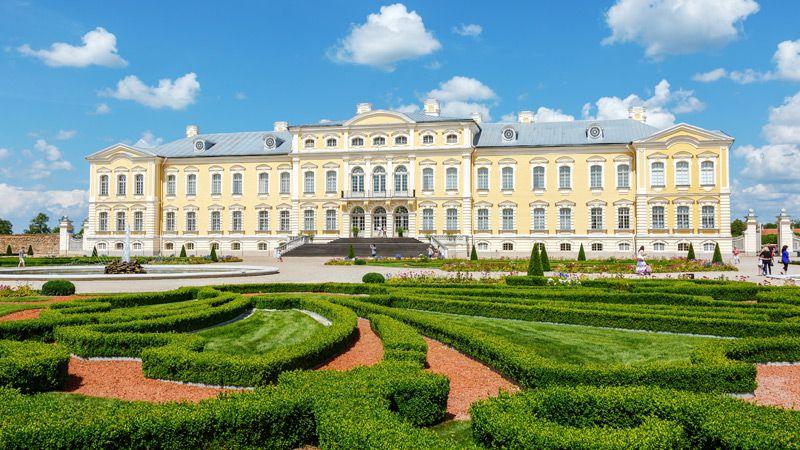 Rundāles pils är det mest kända barockslottet i Lettland och är beläget 12 km väster om Bauska