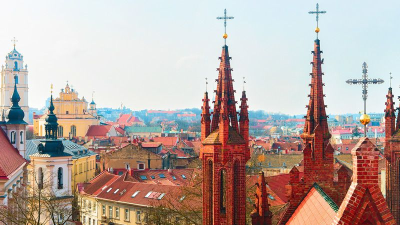 Högt över takåsarna i Vilnius, syns kyrkspiror vart man än vänder sig.