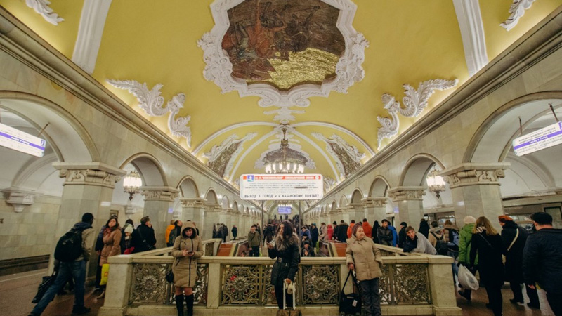 Människor som väntar på en tågstation i moskva | Jörns Resor