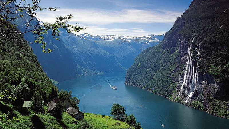 20Hurtigruten_i_Geirangerfjorden.jpg