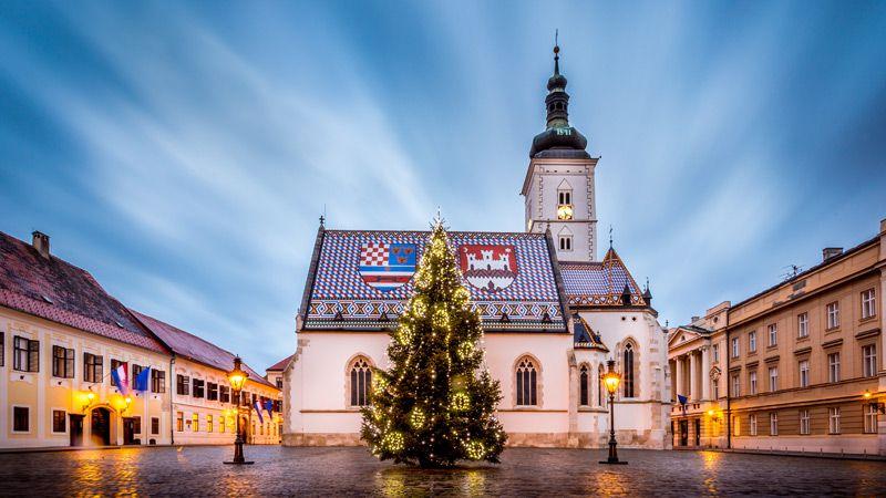 Markuskyrkan har ett vackert glaserat tegeltak med två vapensköldar. Foto: Zagreb Tourist Board
