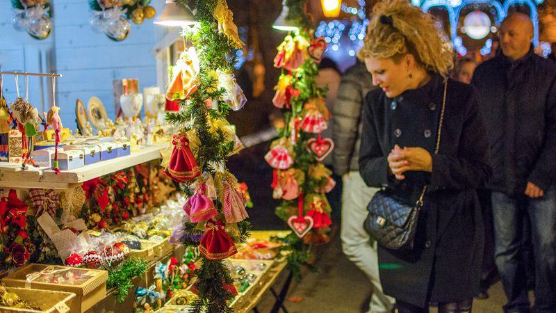 Julbåsen står tätt i den vackra Zrinjevac-parken under advent. Unika juldekorationer och handgjorda souvenirer lockar till inköp. Foto Zagrebs tourist board