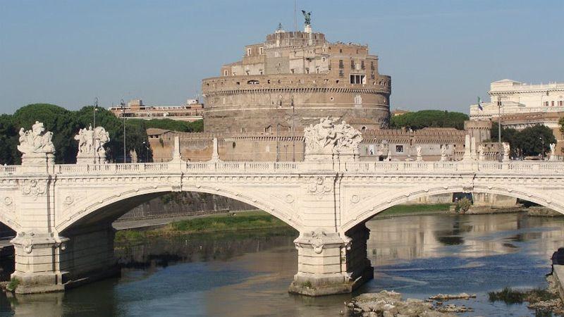 Tibern flyter genom Rom.