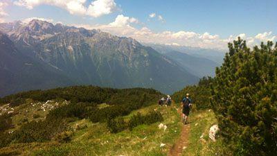 Människor på en vandringstur i europa med de vackra bergen i bakgrunden | Jörns Resor